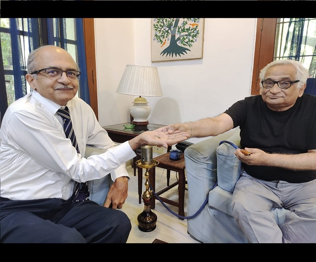 Fined by SC in contempt case, Prashant Bhushan tweets photo of receiving Re 1 coin from advocate Rajiv Dhavan