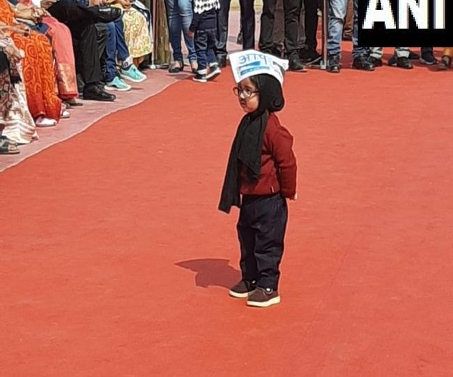 'Chooo cute': Netizens react as 'mini mufflerman' makes his presence at Arvind Kejriwal's oath-taking ceremony