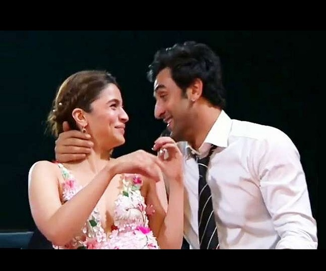 Alia Bhatt's phone wallpaper kissing Ranbir Kapoor is breaking the internet | Watch
