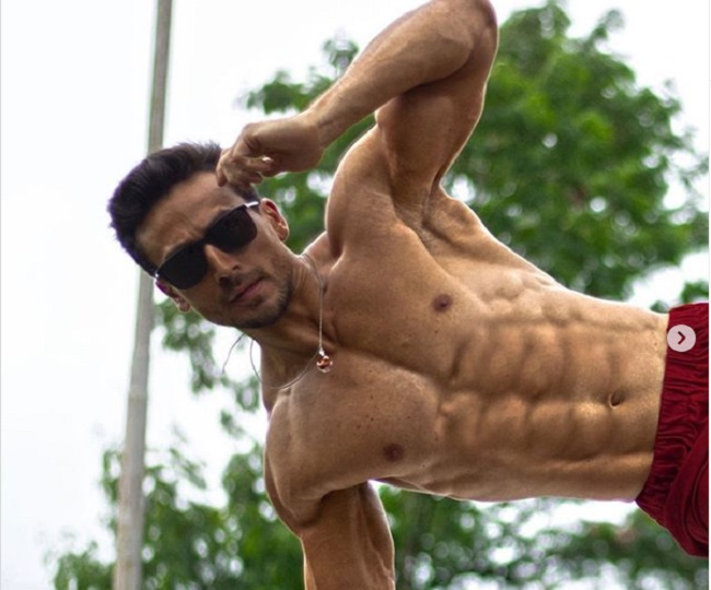 'Ten is the new six': Ranveer Singh praises Tiger Shroff as he shares his '10 pack abs' picture