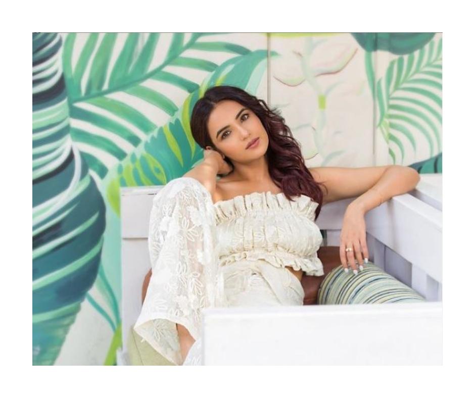 Jasmin Bhasin's sensuous pics set internet ablaze; netizens say 'inhe toh jail mai hona chahiye'