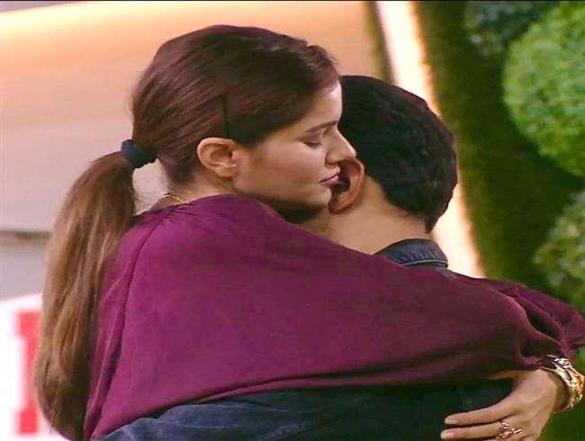 Bigg Boss 14 Promo: Abhinav Shukla asks Rubina Dilaik to marry him again in the most romantic way   WATCH