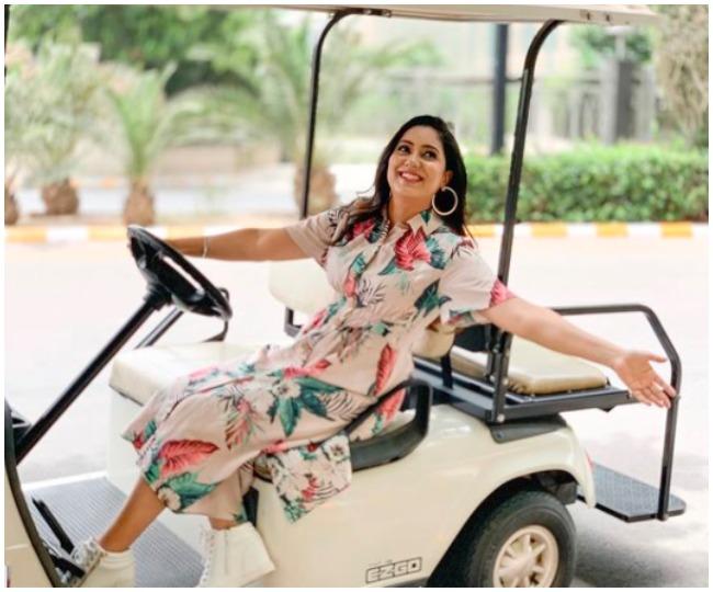 Singer Harshdeep Kaur announces pregnancy with awe-dorable maternity shoot; see pics
