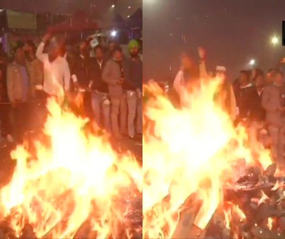 Farmers' Protest: Agitators burn copies of agri laws in Lohri bonfire at protest sites