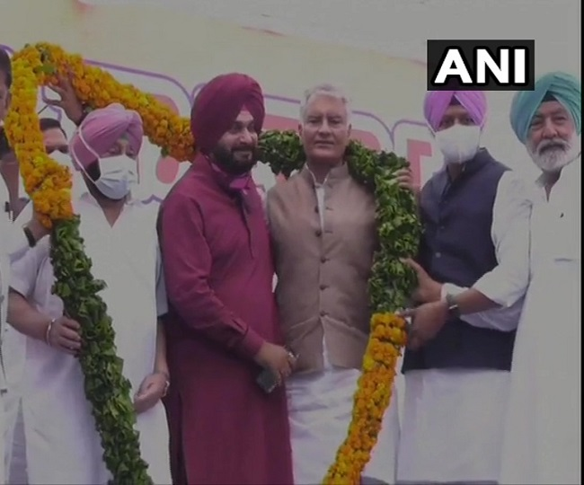 WATCH: Navjot Singh Sidhu begins his 'new innings' as Punjab Congress chief in 'cricketer style'