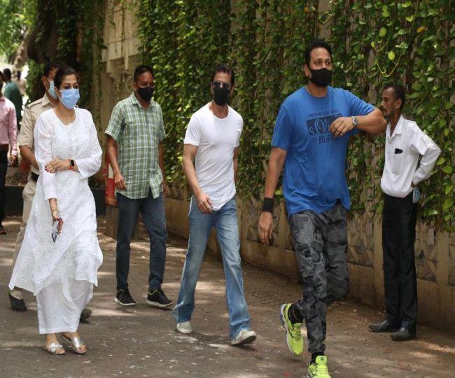 Shah Rukh Khan's polite gesture towards cop outside Dilip Kumar's residence wins netizens' hearts | Watch