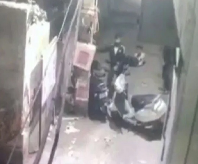 Caught on Camera: Two people mercilessly stabbed in street fight in Delhi; accused nabbed