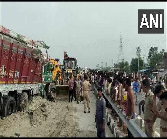 9 dead, 27 injured after bus carrying 70 passengers collides with sand-laden truck in UP's Barabanki