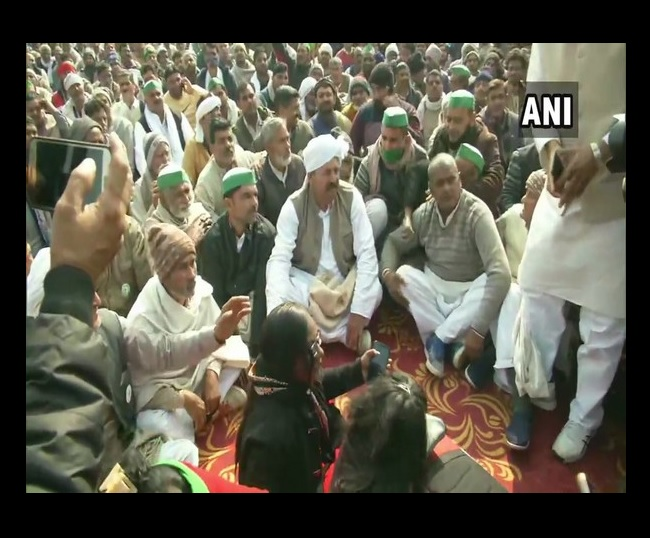 Farmers vow to continue protest at 'kisan mahapanchayat' in Uttar Pradesh's Muzaffarnagar   10 points